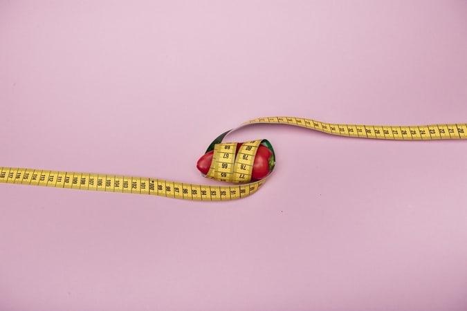 O objetivo da Omens é dar dicas sobre como fazer sexo com um pênis pequeno. A imagem mostra uma pimenta vermelha de tamanho pequeno embrulhada numa fita métrica amarela.