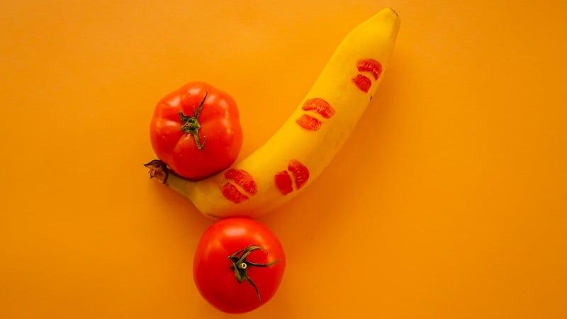 Pênis formado com uma banana e dois tomates fazendo referência ao título Como aumentar a libido