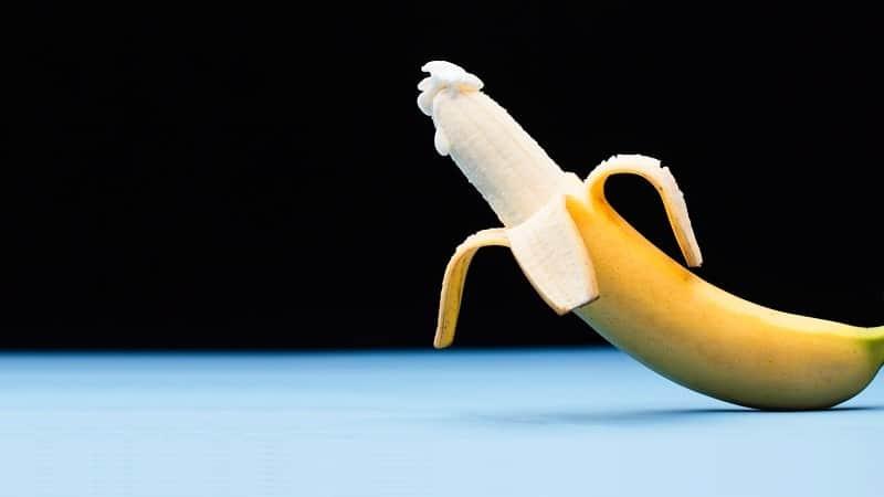 Banana com pouco de creme na ponta ilustra a dificuldade do homem em ejacular (a ejaculação retardada)