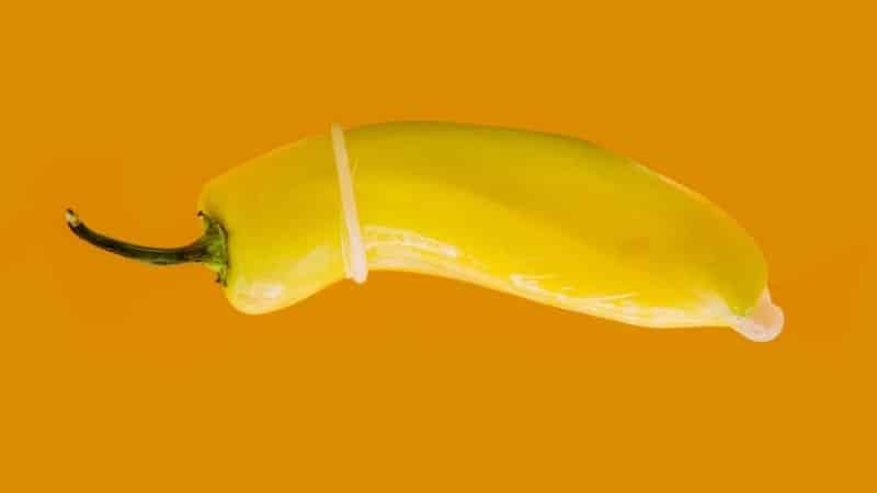 """Pimenta caída, representando a flacidez da ereção parcial ou um pênis dito """"meia bomba"""""""