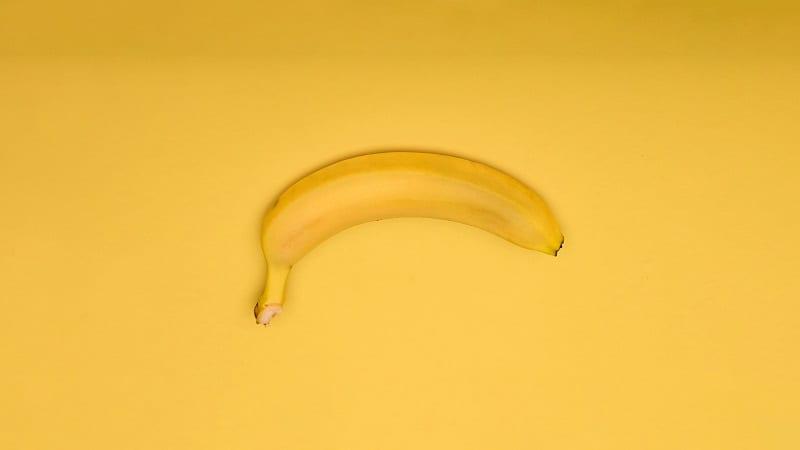 Uma banana de cabeça para baixo: a disfunção erétil leva muitas pessoas a procurar pelo tadalafil e a tentar entender como funciona o viagra