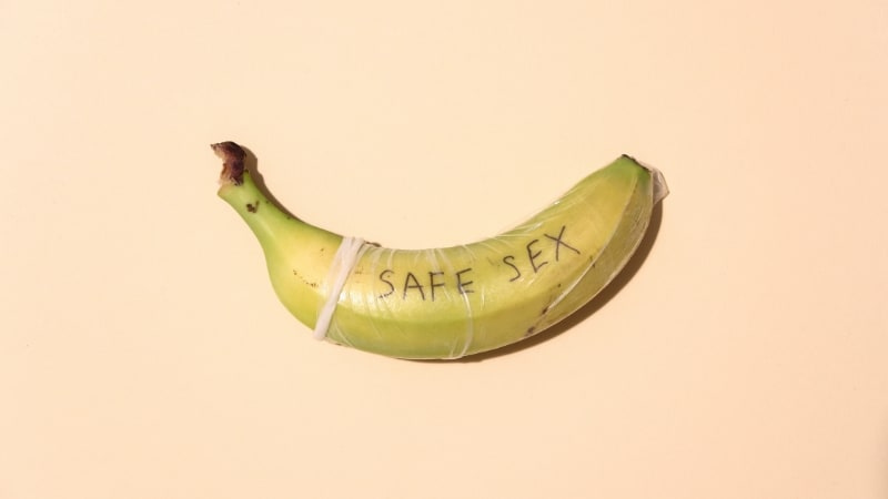 banana com um preservativo exemplificando a forma correta de colocar uma camisinha