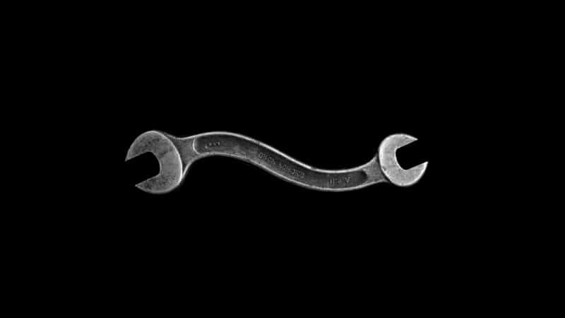 uma chave de boca curvada representando um pênis curvo